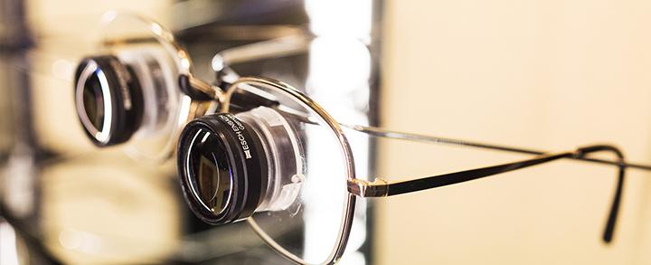 Pestel Optik in Dresden verfügt über vergrößernde Sehhilfen unterschiedlichster Art.