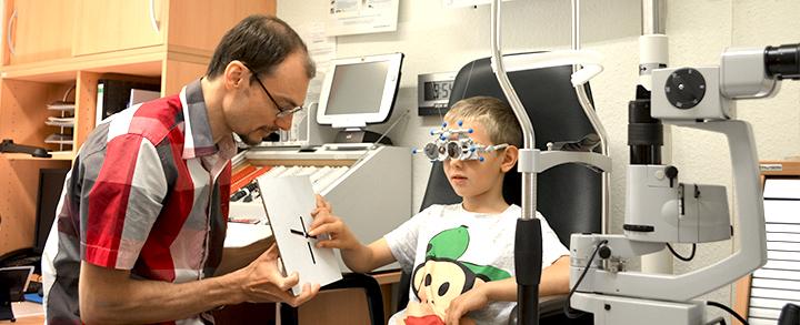Pestel Optik in Dresden ist auf Winkelfehlsichtigkeit bei Kindern und Kinderoptometrie spezialisiert. Vereinbaren Sie einen Termin.