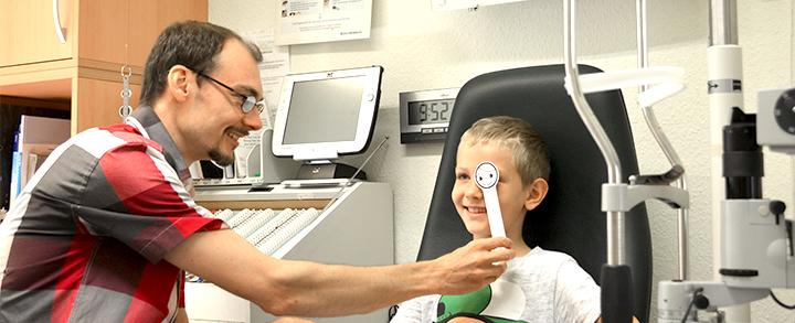 Pestel Optik in Dresden weiß um die Besonderheiten kindgerechter Untersuchungen und Betreuungen.