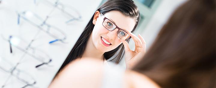 Pestel Optik in Dresden untersucht Ihre Augen auf Winkelfehlsichtigkeit und testet Ihr beidäugiges Sehen.