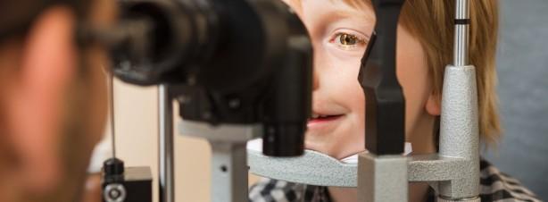 Kind beim Sehtest bei Pestel Optik in Dresden, Sehtest ist eben nicht gleich Sehtest. Pestel Optik in Dresden untersucht auch das beidäugige Sehen. Ein Service, den weniger als 5% der dt. Optiker und Ärzte bieten.