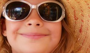 Kind mit Sonnenbrille, Schicke Sonnenbrillen zum fairen Preis.