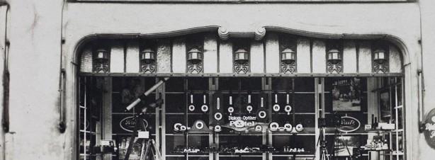 Alte Fotografie von Pestel Optik in Dresden, Pestel Optik – Seit 180 Jahren Ihr Ansprechpartner bei Sehtests, Augenglasbestimmung, Kinderoptometrie und Winkelfehlsichtigkeit in Dresden.
