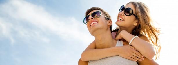 Pärchen mit Sonnenbrillen, Für alle, die Sonne lieben