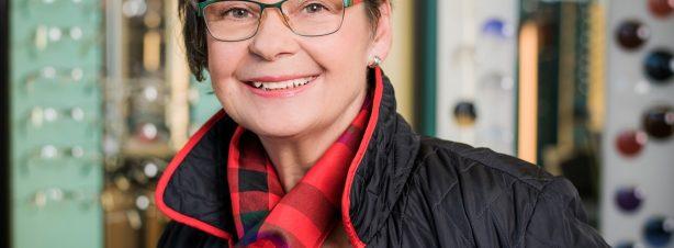 Gabriele Göhler, Geschäftsführung, Augenoptikermeisterin (Augenglasbestimmung, Korrektion von Winkelfehlsichtigkeit) Für Sie vor Ort: Mo. & Di. 11-19 Uhr, Do. & Fr. 11-19 Uhr Sa. 11-13 Uhr Mail: pestel(at)optik1833.de