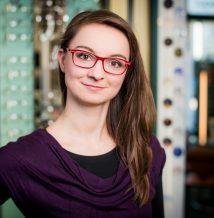 Luisa Walke, Kontaktlinsenanpassung, Augenglasbestimmung (Korrektion von Winkelfehlsichtigkeit) Für Sie vor Ort: Mo. 9-13.30Uhr, Mi. 10-13.30 Uhr, Di. & Do. 9-19 Uhr Mail: pestel(at)optik1833.de